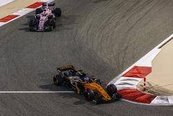 Jolyon Palmer, Renault Sport F1 Team RS17, Sergio Perez, Force India VJM10