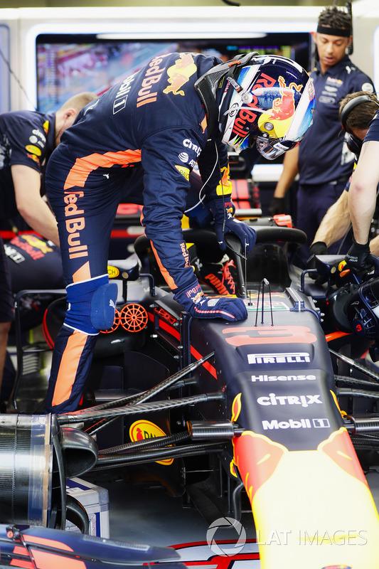 Daniel Ricciardo, Red Bull Racing, steigt ins Auto mit Halo