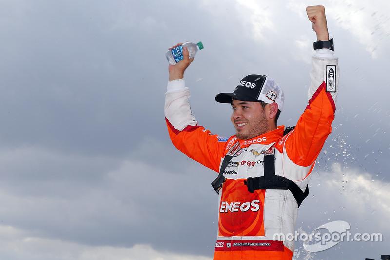 Kyle Larson, Chip Ganassi Racing Chevrolet en el victory lane
