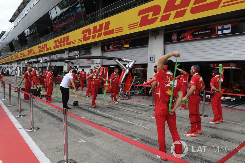 Механіки Ferrari розігріваються гімнастикою