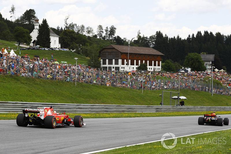 Себастьян Феттель, Ferrari SF70H, наздоганяє Даніеля Ріккардо, Red Bull Racing RB13
