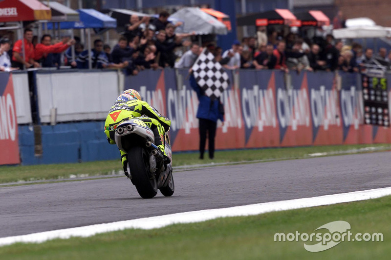 "<img src=""http://cdn-1.motorsport.com/static/custom/car-thumbs/MOTOGP_2017/RIDERS_NUMBERS/Rossi.png"" width=""55"" /> #1 GP de Grande-Bretagne 2000"