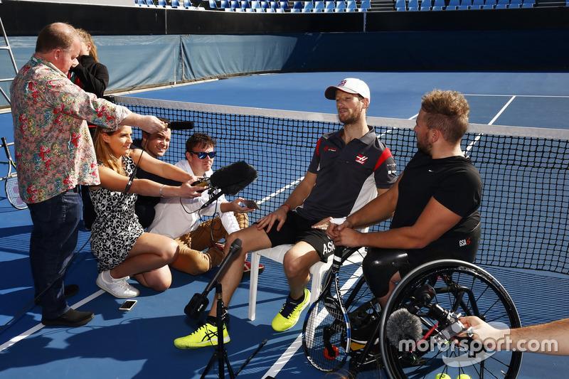 Romain Grosjean, Haas F1 Team y el Campeón paralímpico australiano, Dylan Alcott