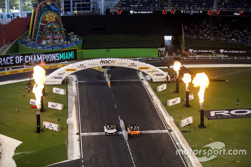 Jenson Button en Kyle Busch, in de VUHL 05