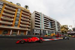 Sebastian Vettel, Ferrari SF71H, precede Lewis Hamilton, Mercedes AMG F1 W09, Kimi Raikkonen, Ferrari SF71H e Valtteri Bottas, Mercedes AMG F1 W09