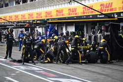 Nico Hulkenberg, Renault Sport F1 Team R.S. 18, make a pit stop