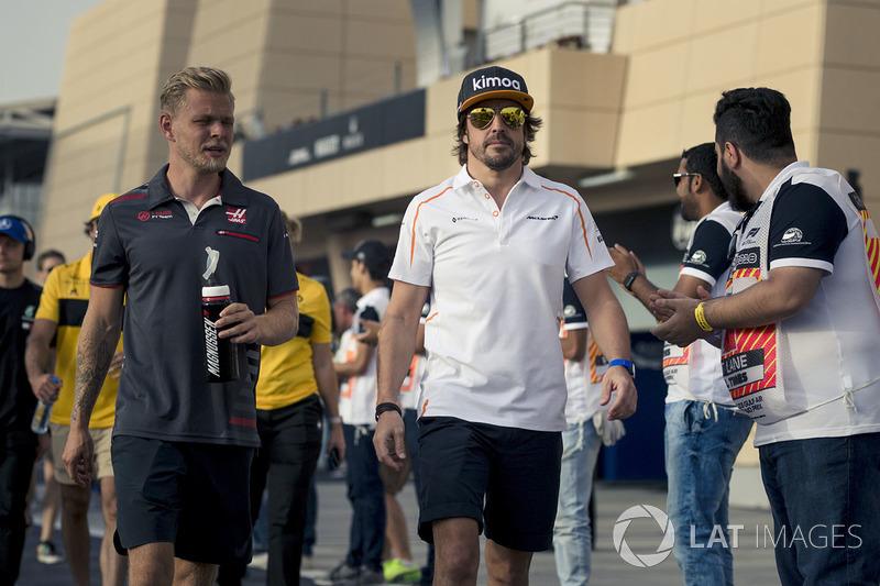 Kevin Magnussen, Haas F1 and Fernando Alonso, McLaren en el desfile de pilotos