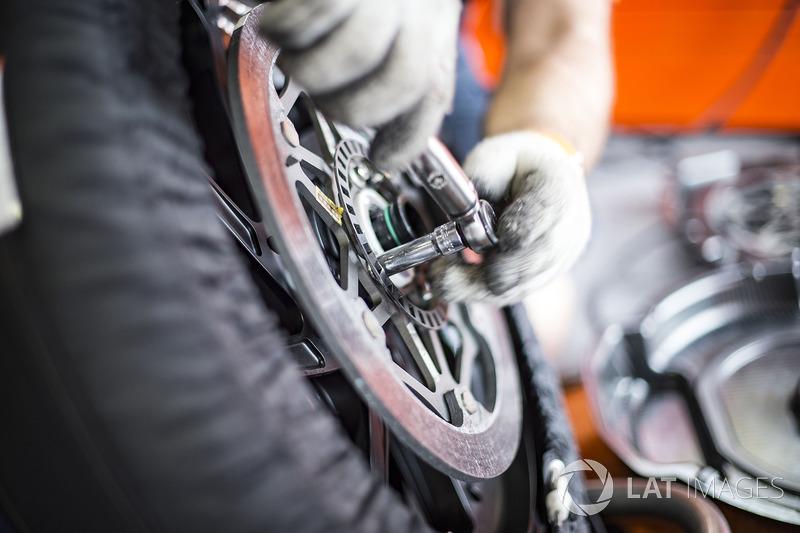 Mechanics changing brake discs