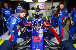 Pierre Gasly, Toro Rosso STR13, in the garage