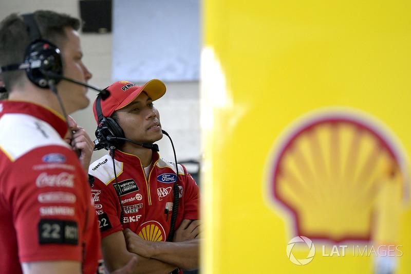 Joey Logano, Team Penske, Ford Fusion Shell Pennzoil, crew member
