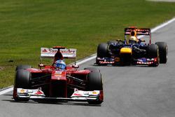 Фернандо Алонсо, Ferrari F2012, попереду Себастьяна Феттеля, Red Bull Racing RB8