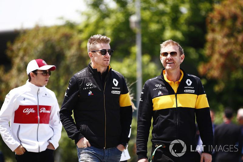 Nico Hulkenberg, Renault Sport F1 Team, walks into the track ahead of Charles Leclerc, Sauber