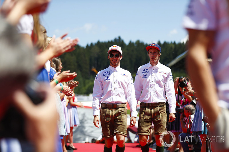Pierre Gasly, Toro Rosso, et Brendon Hartley, Toro Rosso, en costume traditionnel autrichien