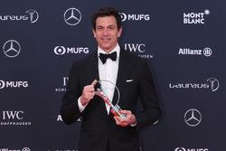 Toto Wolff, Mercedes AMG F1 con su trofeo al equipo del año Laureus