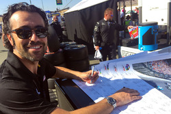 Dario Franchitti firma cartel de Justin Wilson