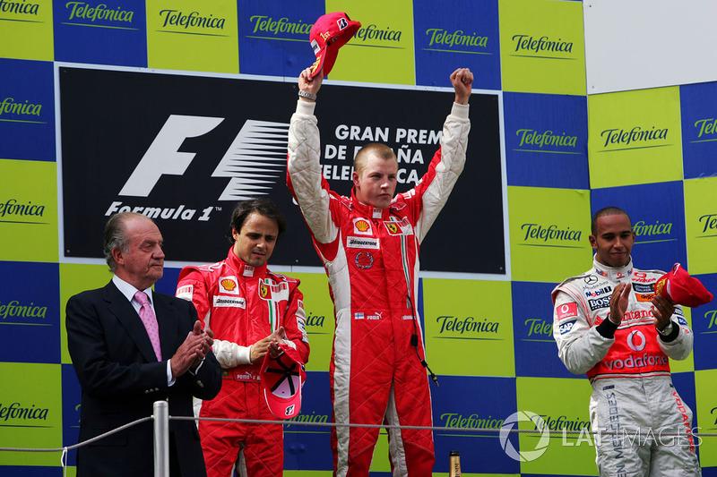 Podio: Re Juan Carlos di Spagna, il vincitore della gara Kimi Raikkonen, Ferrari, il secondo classificato Felipe Massa, Ferrari, e il terzo classificato Lewis Hamilton, Mclaren, sul podio