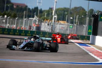 Lewis Hamilton, Mercedes AMG F1 W09, precede Sebastian Vettel, Ferrari SF71H