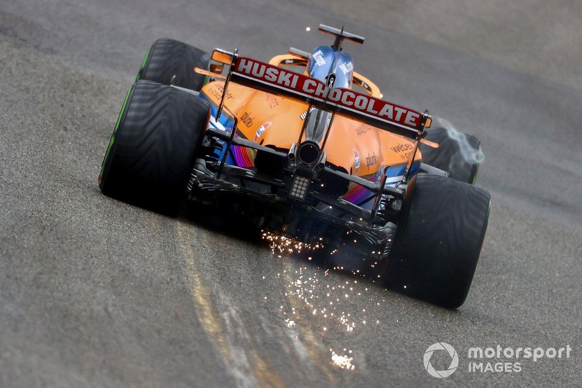 Daniel Ricciardo lance des étincelles de McLaren MCL35M