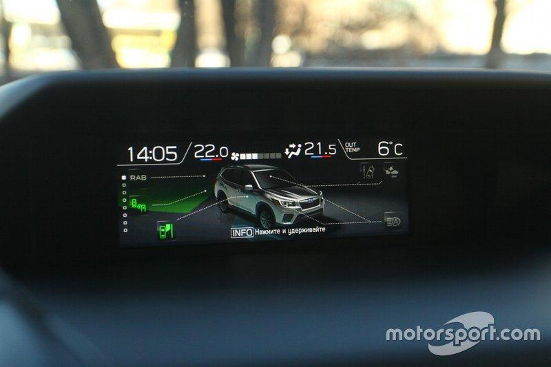 Верхній екран може відображати стан Subaru Forester, активовані чи деактивовані системи безпеки комплексу EyeSight.