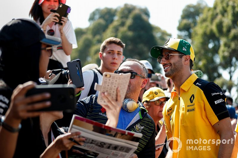 Daniel Ricciardo, Renault F1 Team con fans