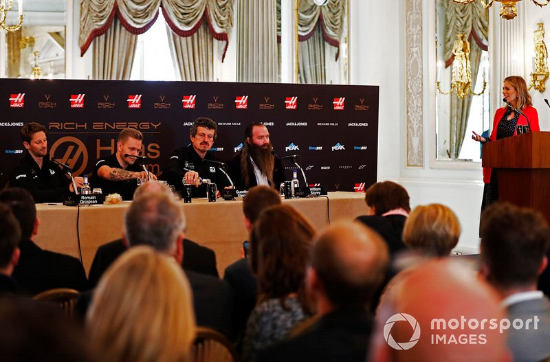 Romain Grosjean, Haas F1 Team, Kevin Magnussen, Haas F1 Team, Guenther Steiner, Team Principal, Haas F1, William Storey, CEO Rich Energy e la presentatrice Nicki Shields