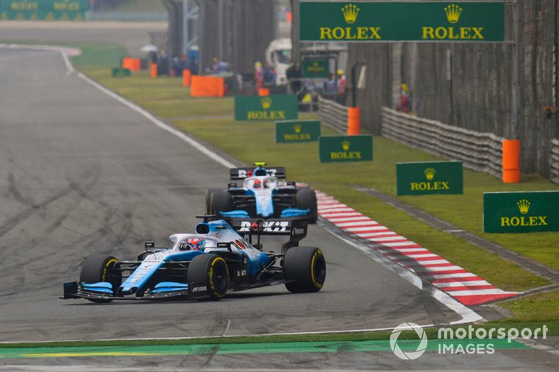 George Russell, Williams Racing FW42, devant Robert Kubica, Williams FW42