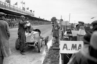 Clive Gallop (Aston Martin GP), pit stop
