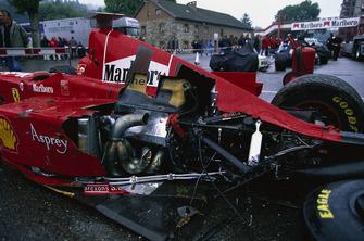 La monoposto di Eddie Irvine, Ferrari F300, dopo l'incidente