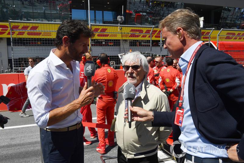 Bernie Ecclestone, discute avec David Coulthard, Channel 4 F1 et Mark Webber sur la grille