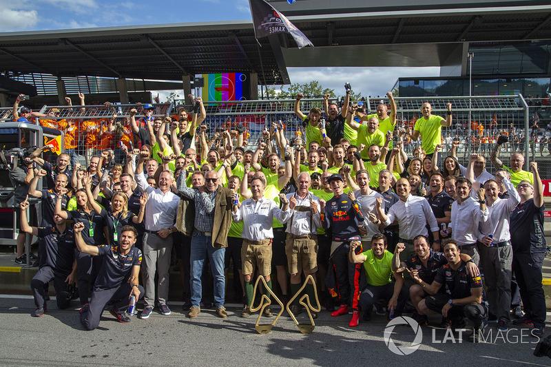 Le vainqueur Max Verstappen, Red Bull Racing fête la victoire avec son équipe