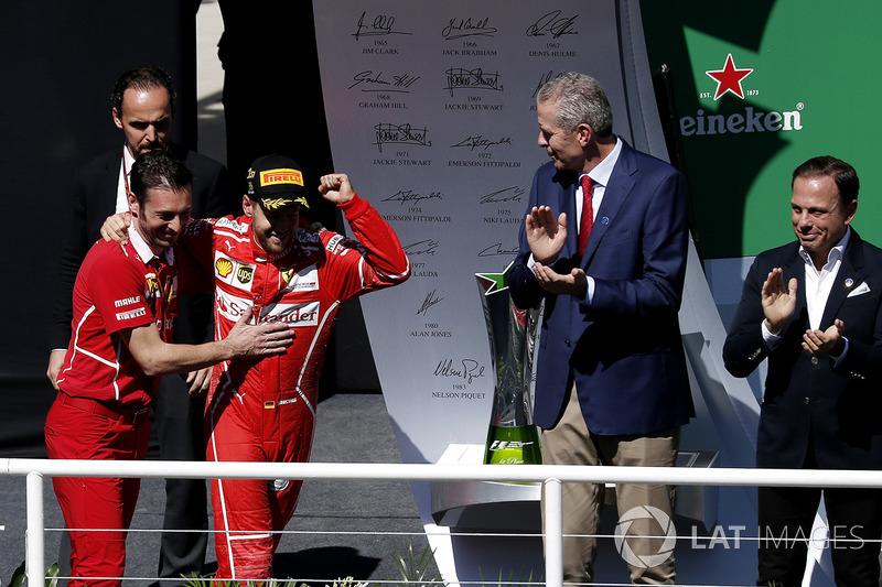 Podio: Ganador de la carrera Sebastian Vettel, Ferrari celebra conG. Vietina, Ferrari