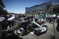 El equipo Mercedes prepara el coche de Valtteri Bottas, Mercedes AMG F1 W08