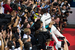 Race winner Lewis Hamilton, Mercedes AMG F1, celebrates with his team in Parc Ferme