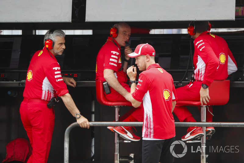 Sebastian Vettel, Ferrari, habla con Maurizio Arrivabene, Team Principal, Ferrari, y Jock Clear, Engineering Director, Ferrari tras su accidente