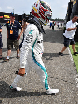 Lewis Hamilton, Mercedes-AMG F1, rientra al box dopo lo stop in pista