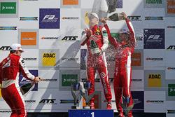 الفائز بالسباق رالف أرون، بريما، المركز الثاني ماركوس أرمسترونج، بريما، المركز الثاث غوان يو زو، بريما