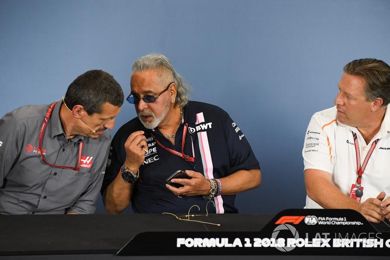 Guenther Steiner, Team Prinicipal, Haas F1 Team, Dr. Vijay Mallya, proprietario del team Force India Formula One e Zak Brown, CEO McLaren Racing, nella conferenza stampa