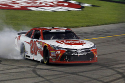 Ganador de la carrera Christopher Bell, Joe Gibbs Racing, Toyota
