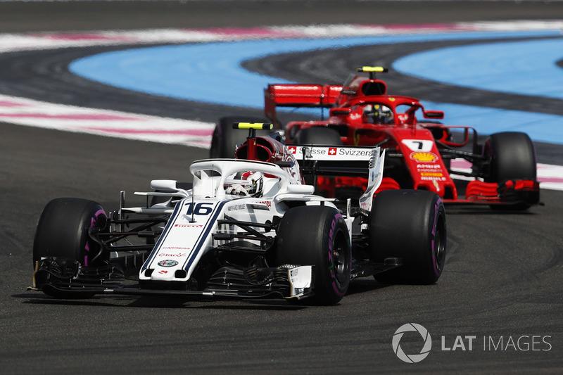 Charles Leclerc, Sauber C37, precede Kimi Raikkonen, Ferrari SF71H