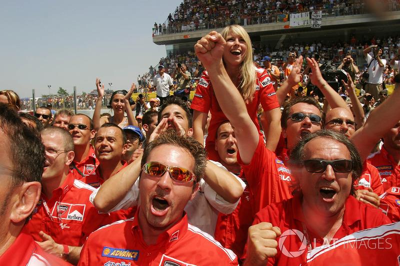 Il Team Ducati Marlboro festeggia la vittoria di Loris Capirossi