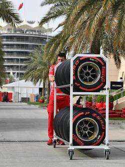 Mécanicien Ferrari et pneus Pirelli