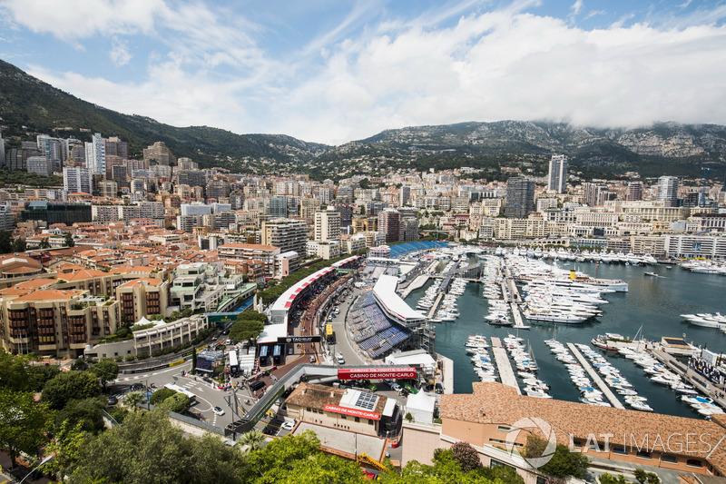 Una vista panorámica de la pista y el puerto