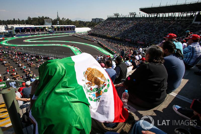 Fans  en las tribunas ven a Fernando Alonso, McLaren MCL32
