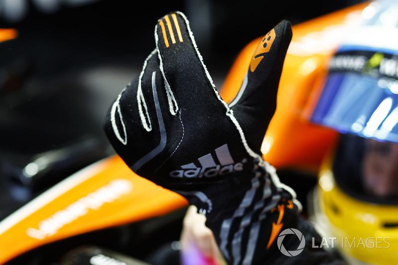 Fernando Alonso, McLaren, se pone los guantes