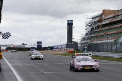 Karierte Flagge für Lucas Auer, Mercedes-AMG Team HWA, Mercedes-AMG C63 DTM