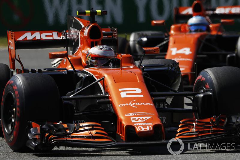 Stoffel Vandoorne, McLaren MCL32 en Fernando Alonso, McLaren MCL32