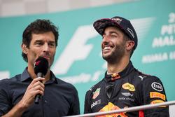 Марк Веббер, телеведучий, Channel 4 F1, бере інтерв'ю у Даніеля Ріккардо, Red Bull Racing, на подіумі