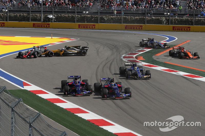 Romain Grosjean, Haas F1 Team VF-17 and Jolyon Palmer, Renault Sport F1 Team RS17 collide