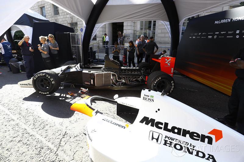 El coche de Ayrton Senna McLaren MP4/6 1991 es preparado para la demostración