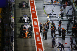 Fernando Alonso, McLaren MCL32 leads Lance Stroll, Williams FW40, Felipe Massa, Williams FW40 and Romain Grosjean, Haas F1 Team VF-17 in the pits